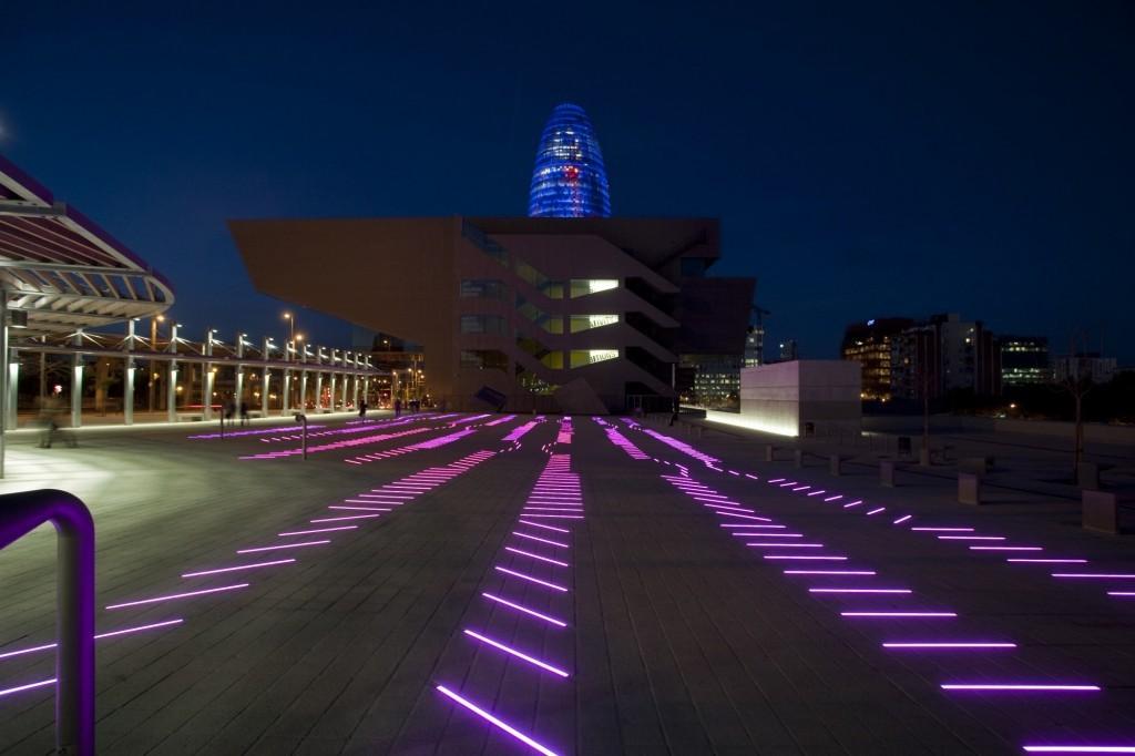 Das Designmuseum, die Torre Agbar und im Vordergrund die Installation BruumRuum!.
